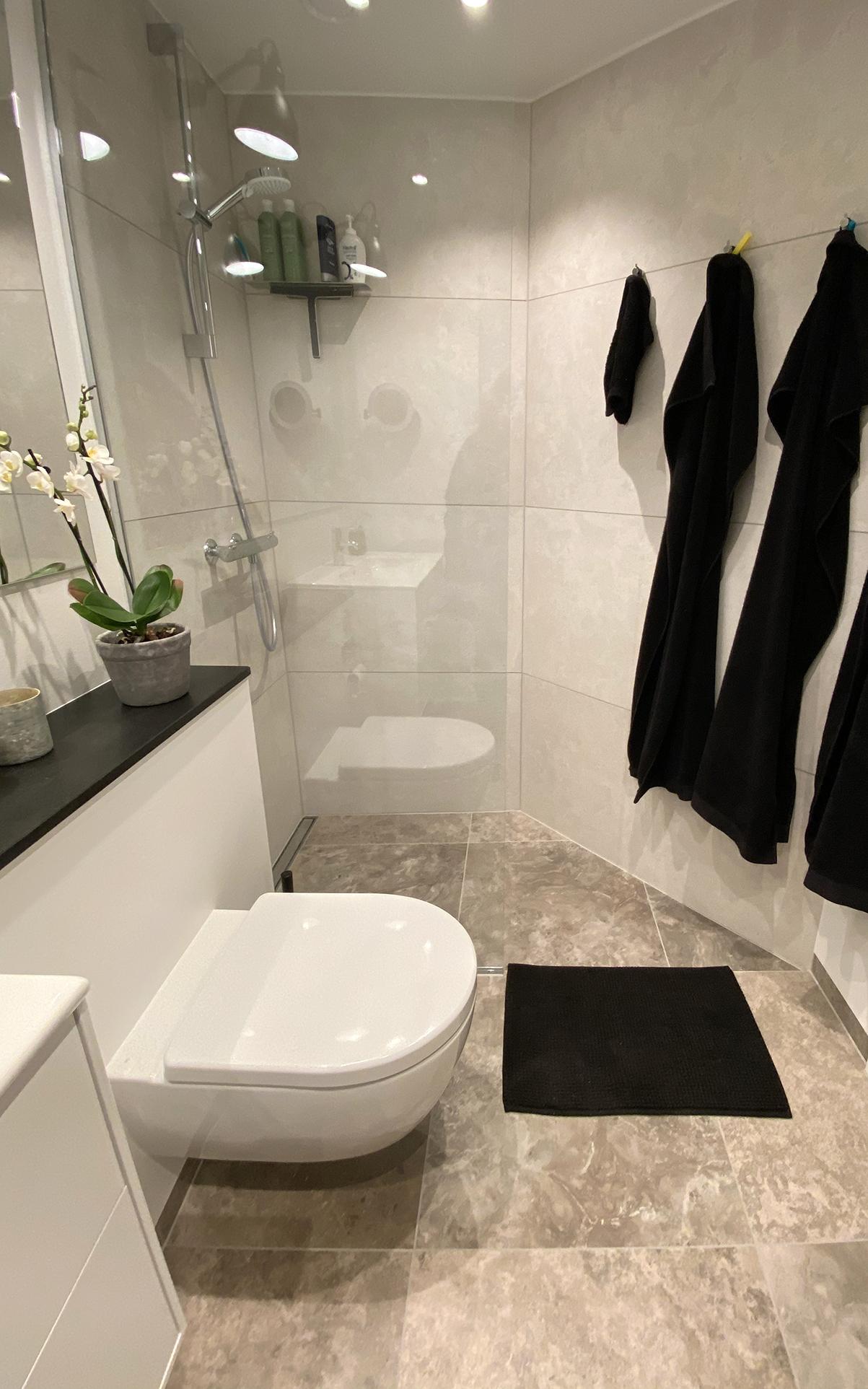 Nyt badeværelse med hængetoilet